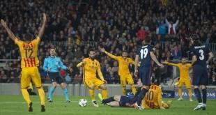 Barcelona   05 04 2016       Protestas de los azulgrana tras una falta a Messi    durante el partido de ida de los 1 4 de final de la liga de campeones entre el FC Barcelona y el Atletico de Madrid    Fotografia de Jordi Cotrina