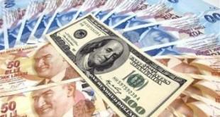 عملة ورقية فئة 100 دولار فوق عملات ورقية فئة 50 و100 ليرة تركية في اسنطبول يوم 17 يناير كانون الثاني 2011. تصوير: مراد سيزر - رويترز