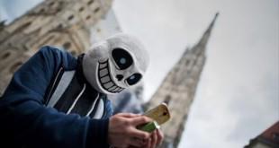 tras-una-mascara-usuario-pokemon-juega-con-aplicacion-las-calles-viena-1468867957108