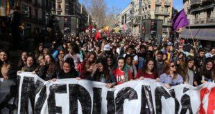 BARCELONA 03 03 2016 Barcelona Sociedad Manifestacion Huelga de estudiantes de universidad contra el 3 2    vaga d alumnes contra el 3 2    La mani va de pl  Universitat  por Rambla hasta P  Colom y Pca  Sant Jaume  FOTO de RICARD CUGAT