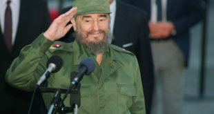 (FILES) This file photo taken on October 12, 1995 shows Cuban President Fidel Castro saluting journalists as he speaks with them following his 13 October 1995 arrival at Montevideo's airport. P Cuban revolutionary icon Fidel Castro died late on November 25, 2016 in Havana, his brother, President Raul Castro, announced on national television.  / AFP PHOTO / DANIEL LUNA
