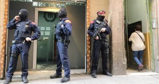 Barcelona 25 04 2917 operacion policial de los mossos en el carrer del Carme Fotografia de Joan Cortadellas