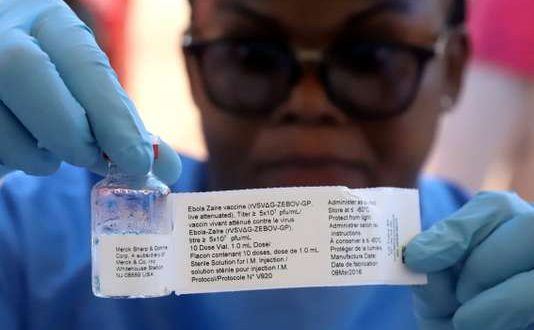 FILE PHOTO: A World Health Organization (WHO) worker prepares to administer a vaccination during the launch of a campaign aimed at beating an outbreak of Ebola in the port city of Mbandaka, Democratic Republic of Congo May 21, 2018. REUTERS/Kenny Katombe/File Photo