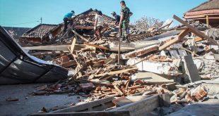 LOM08  LOMBOK  INDONESIA   06 08 2018 - Miembros de los servicios de rescate buscan victimas entre los escombros tras el terremoto de magnitud 6 9 que sacudio la noche del domingo la isla de Lombok  Indonesia  hoy  6 de agosto de 2018  Al menos 91 personas han muerto y 209 han resultado heridas en el seismo  EFE  Str