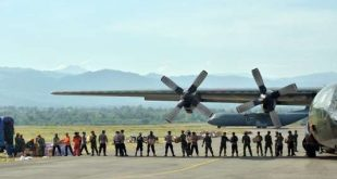 Indonesian soldiers and policemen unload aid from a Hercules plane in Palu, Indonesia's Central Sulawesi on October 7, 2018, following the September 28 earthquake and tsunami.  Aid poured into disaster-ravaged Palu after days of delays as efforts ramped up to reach 200,000 people in desperate need following a deadly quake-tsunami in the Indonesian city. / AFP PHOTO / ADEK BERRY