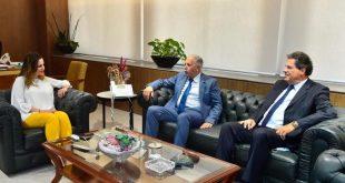 وزيرة الاعلام مع مستشار في البنك الدولي