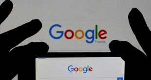 FILE PHOTO: A woman holds her smart phone which displays the Google home page, in this picture illustration taken February 24, 2016. REUTERS/Eric Gaillard/Illustration/File Photo