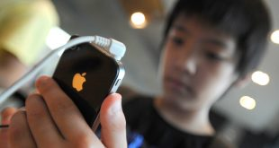 A South Korean boy uses an iPhone 4 at a shop in Seoul on August 17, 2011. More than 20,000 South Korean iPhone users filed a class action lawsuit on August 17 against US technology giant Apple for alleged privacy violations related to the collection of location information, a law firm said.  AFP PHOTO / PARK JI-HWAN