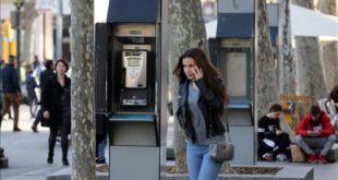 Barcelona 27 12 2016 Barcelona Sociedad Las cabinas telefonicas se quedan sin mantenimiento  El 31 de diciembre vence el contrato con Telefonica y ya no habra quien las mantenga  En la foto cabina telefonica en la Pca  Catalunya  cerca el FNAC  Foto de RICARD CUGAT