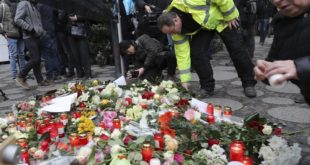 DER02 BERLÍN (ALEMANIA) 20/12/2016.- Velas y flores son depositadas en el lugar del ataque perpetrado ayer en un mercadillo navideño en el centro de Berlín, donde murieron doce personas, en Alemania, hoy, 20 de diciembre de 2016. Al menos doce personas murieron este lunes y unas cincuenta resultaron heridas al ser arrolladas por un camión que irrumpió en un mercadillo navideño del centro de Berlín, objetivo presuntamente de un atentado. EFE/Michael Kappeler