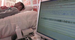 MD49  MADRID  25 01 2011 - Un paciente del doctor Eduard Estivill  durante el estudio realizado por el medico para analizar si se puede dormir bien con el ruido del Paseo de la Castellana  mediante la pernoctacion de una persona durante una semana en una unidad del sueno ubicada en esta calle madrilena  EFE Chema Moya