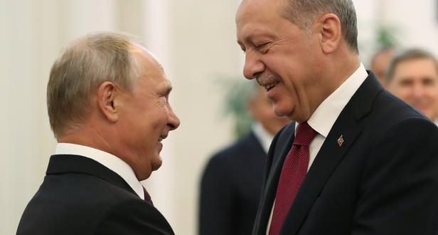 """A handout picture taken and released on September 7, 2018 by the Turkish Presidential Press service shows Turkish President Recep Tayyip Erdogan (R) shaking hands with Russian President Vladimir Putin (L) during their meeting in Tehran. - The presidents of Iran, Russia and Turkey were due to meet in Tehran for talks on the future of Idlib province amid growing fears of a humanitarian disaster in Syria's last major rebel bastion. (Photo by HO / TURKISH PRESIDENCY PRESS OFFICE / AFP) / RESTRICTED TO EDITORIAL USE - MANDATORY CREDIT """"AFP PHOTO / Turkish Presidential Press service"""" - NO MARKETING NO ADVERTISING CAMPAIGNS - DISTRIBUTED AS A SERVICE TO CLIENTS"""